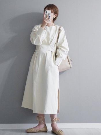 ウエストにベルトがあしらわれたデザインなら、白のワンピースでもすっきりと着こなせます。アンクルリボン付きのバレエシューズを合わせれば、どこかレトロなパリジェンヌ風スタイルに。