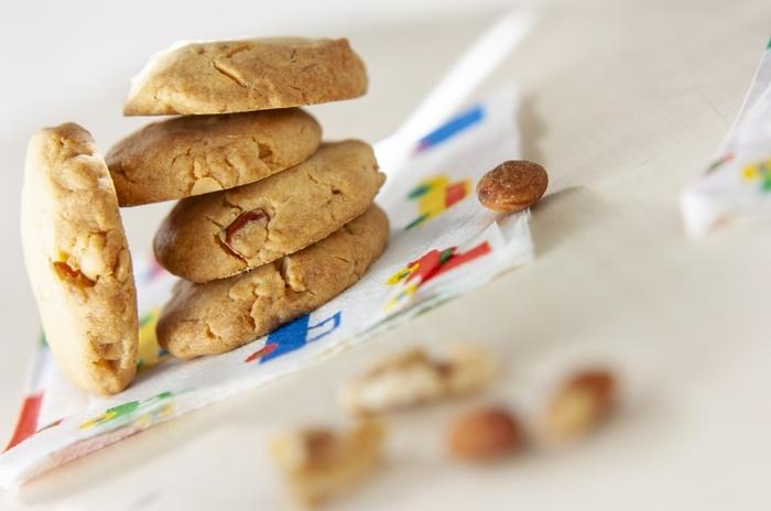 ミックスナッツは、複数のナッツのおいしさを同時に味わえるのが魅力です。こちらはそんなミックスナッツの手軽さを存分に活かしたクッキーのレシピ。ミックスナッツは塩入りのおつまみ用で良いので、手に入りやすいでしょう。材料はナッツのほかに、ホットケーキミックスと無塩バターがあればOK!