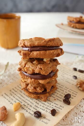 クッキーでガナッシュを挟んだリッチなレシピです。こちらは、食塩無添加でローストされているミックスナッツを使いましょう。生地にはアーモンドパウダーも入っていてより味わい深くなっています。ミックスナッツは刻んで使いますが、全部生地に混ぜないでトッピング用も取り置きましょう。コーヒー入りクッキーは、ほろ苦い風味とナッツの香ばしさ、ガナッシュの甘味が絶妙にマッチ♪