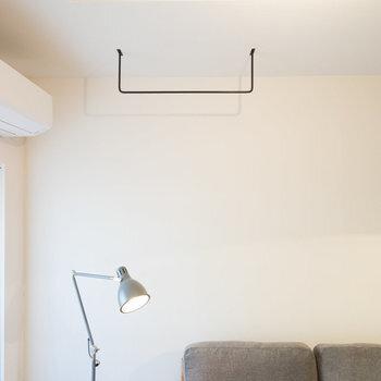 思い切って、天井に大きなアイアンバーを設置して、エアプランツなどをかけるととっても素敵なインテリアに。お部屋に入った瞬間に目を惹くので、思い切って空間を楽しみたいですね。