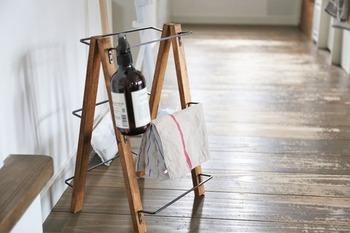 木材にバーを何本か付けたアイテムは、真ん中で折り畳めるようにしておくと使い方色々。使い方も場所やアイディアで無限に広がりそうですね。