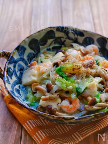 むき海老を使った野菜たっぷりのとろみ煮です。豚肉と豆腐も入ってボリューム満点!とろみがついているので、ご飯や揚げ麺にのっけて食べてもおいしそう。とろーりとやさしいお味を堪能してみてはいかが。