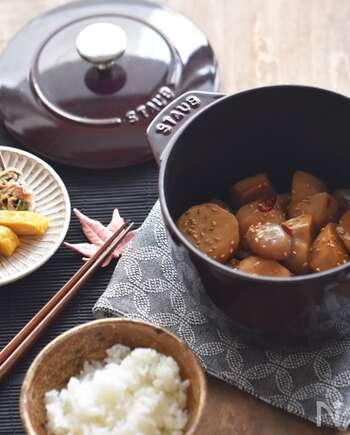ほっこりおいしい里芋と玉こんにゃくの煮物です。甘辛い味が食欲をそそります。ポイントは最初に具材をじっくり炒めること!具材がコーティングされて煮崩れを防ぐのだそう。お弁当のおかずにもおすすめですよ。