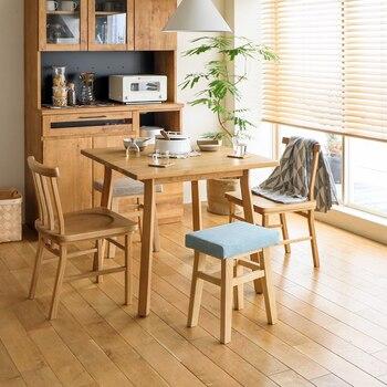 こちらはダイニングテーブルにスツールを合わせるアイデア。 いつもは家族分の椅子しか置かないダイニングでも、スツールがあれば来客時に全員でテーブルを囲めますよ。椅子よりも小ぶりなサイズ感なので、ダイニング周りに圧迫感が出にくいのもポイント。