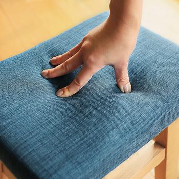 ダイニングテーブルに合わせるなら座面にクッション性のあるスツールが◎ お茶や食事などは長時間座っていることが多いため、硬い座面ではすぐにお尻が痛くなってしまいます。座り心地にこだわり、やわらかい座面のスツールを選びましょう。