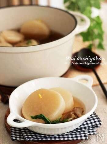 大根1本を丸ごと使ったスープです。時間をかけてじっくりと煮込むことで、大根とまいたけのうま味をたっぷり引き出します。ほっこりやさしい味が体に染みわたり、食欲のないときにもおすすめですよ。心も体も温まる美味しさをぜひ味わってみて。