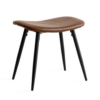ヴィンテージ感のあるレザー調のシートがおしゃれなスツールです。ゆるやかにカーブを描くシートは、座ったときにやさしくお尻にフィットし、快適な座り心地に。先端に向かって細くなるブラックスチールの脚がスタイリッシュな印象です。