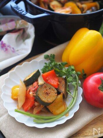 ノンオイルでヘルシーに味わえるラタトゥイユです。数種類の野菜をたっぷり使います。油を入れない代わりに、ツナ缶のオイルを無駄なく使ってうま味もアップ。温かいままでも冷やしてもお好みで楽しんで。鮮やかな色合いが食卓を華やかにしてくれますよ♪