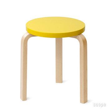 こちらはカラフルな座面がとびきりキュートなスツール。まんまるな座面と三本脚が遊び心たっぷりなデザインですね。明るく爽やかな色使いのスツールは、置くだけでお部屋を華やかに見せてくれそうです。