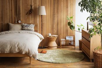 寝室のベッドサイドでスツールを活用するアイデアです。目覚まし時計や寝る前に読む本などを置いてもいいですね。ベッドから手が届くようにしておけば、就寝時や起床時の動きもスムーズになりますよ。