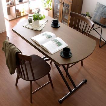 椅子に合わせやすい昇降式、そして折りたたみ式を兼ね備えた「リフティングテーブルAILLE(アイル)」。カラーはブラウンとホワイトの2色展開で、どちらもお部屋に馴染みやすく上質さが漂います。