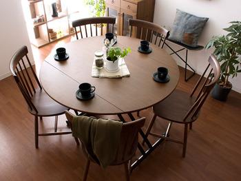 天板の両端を広げると、円形テーブルに早変わり。来客があったときにも対応しやすいですね。半円形にして壁付けしたり、ソファと組み合わせて低めに調節したりと、柔軟な使い方ができるのが魅力です。