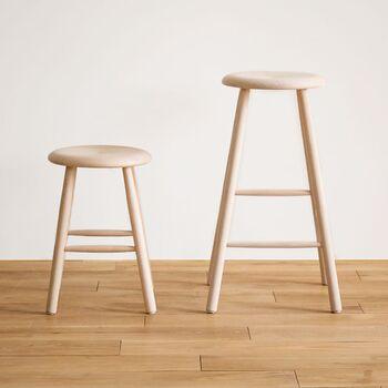 キッチンの高さに合わせて少し高めのスツールを選ぶのがおすすめです。足が床に付かない高さの場合は、足置きがあると安定感を得られます。キッチン内で移動させやすいよう軽さにも注目したいですね。