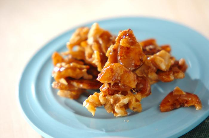 バナナチップとくるみを使ってフライパンでささっと作れる間食。カラメルの甘さとカリカリとした食感にやみつきになります。 <約169kcal>