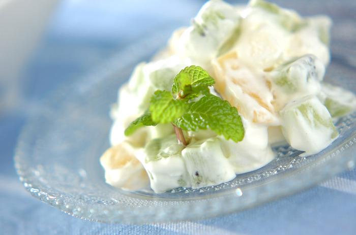 マシュマロとクリーム、お好みのフルーツを混ぜ合わせて作る簡単レシピ。フルーツは缶詰などを活用するのもいいですが、旬のものを取り入れたいですね。 <約183kcal>