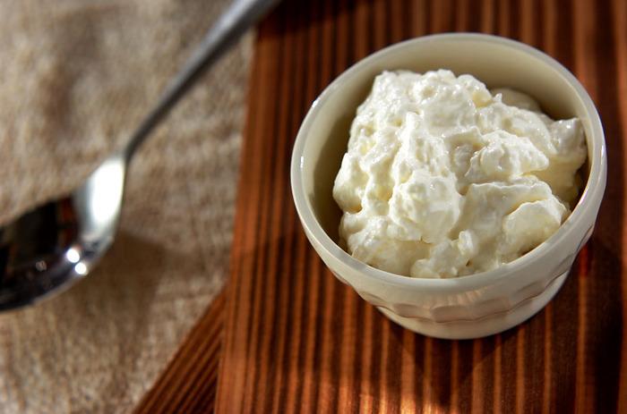 ヨーグルトに塩を加えることで、乳酸菌の働きが活発になるそう。そのまま食べても良し、お好みでジャムやソースをかけて食べても◎ <約140kcal>