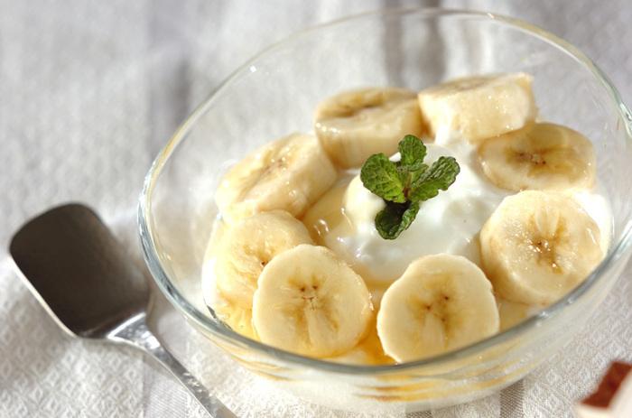 コーヒーフィルターを使って、前日からヨーグルトを水切りすることで、濃厚な味わいを楽しめますよ。バナナはお好みのフルーツに替えてもいいですね。 <約163kcal>