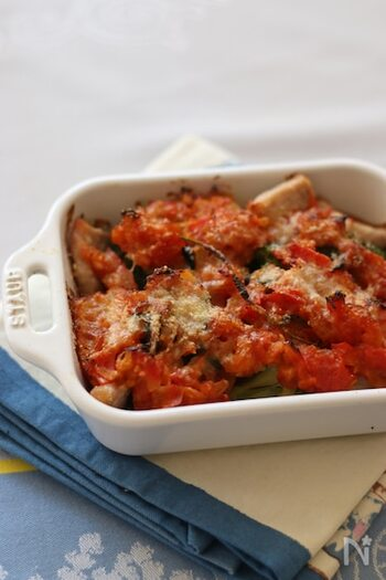 耐熱皿にブロッコリーと豚ロース肉を並べたら、バジルを加えて作ったトマトソースとパルメザンチーズをかけて焼くだけのお手軽グラタン。下準備を済ませておけば、帰宅後に焼くだけで完成するので忙しい時にもおすすめです。