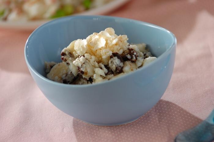 レーズンやヨーグルトを混ぜ、冷やし固めたアイスです。ヨーグルトがベースなのでさっぱりと食べられます。お好みのドライフルーツでも試してみてください。 <約159kcal>