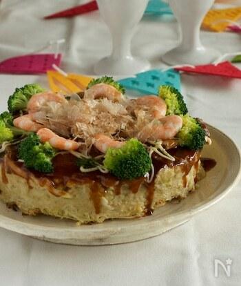 パーティーにもおすすめのお好み焼きケーキのレシピです。ブロッコリーやエビなどをトッピングして華やかな見た目に。すりおろしレンコンとおからを生地に加えているので、栄養もしっかり摂ることができます。