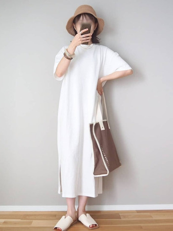 一枚で着てもレイヤードしても決まる、サイドスリットが入ったチュニックワンピース。さらりとサンダルと合わせれば軽やかな白コーデに。バングルやハットで夏らしいアクセントをプラスしています。
