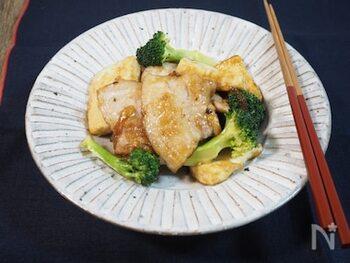 木綿豆腐を加えてボリュームアップした炒め物レシピです。豚バラ肉は先にサッと茹でておくので、ヘルシーな仕上がりに。豆腐で満足感もあり、カロリーが気になる時のレシピとしてもおすすめです。