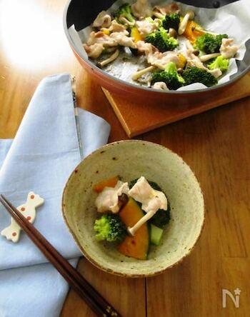 ブロッコリーにカボチャ、しめじを豚肉と一緒にフライパンで蒸すだけのお手軽レシピ。ササっと短い時間で、栄養たっぷりな一品が完成します。ポン酢やドレッシングなどを好みでかけるので、味付け不要なのも作りやすいポイント!