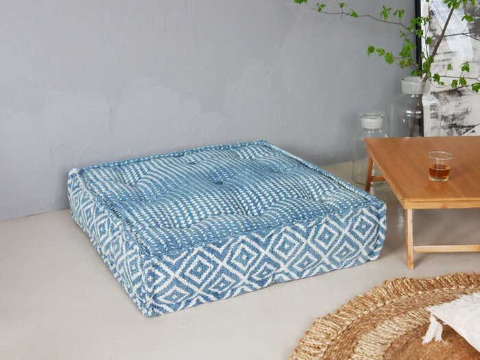 ブルーと白の柄がお部屋のアクセントにもなるadepecheのソファ。1人用のソファとしてはもちろん、複数を並べてシステムソファとしても使用できるので、お部屋の広さに合わせて組み合わせを楽しめます。