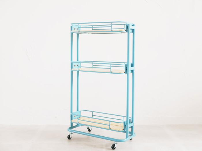 「自転車カゴ」をイメージしたお洒落なワゴンは、ブルーを選ぶことで一気にカルフォルニアテイストに。キッチンや洗面所のデットスペースに活用しやすいスリム設計なので、収納が少ないお部屋のお助けアイテムにもなりますよ。