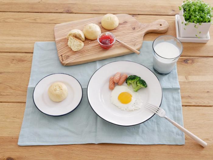 ブルーのアイテムを夏限定で取り入れるなら、日常使いしやすい小物から取り入れるのもおすすめ。ランチョンマットをライトブルーに変えるだけでも、食卓が爽やかな印象になります。白いお皿が生えてコーディネートしやすいところもポイントです。