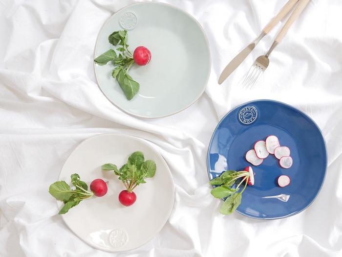 リラックス感のある柔らかな印象のCOSTA NOVAのお皿。ホワイトはもちろん、ターコイズやデニムは夏の食卓に積極的に登場させたいデザイン。鮮やかな色合いの夏野菜を盛り付けて、テラスで食事を楽しむのも良さそうですね♪