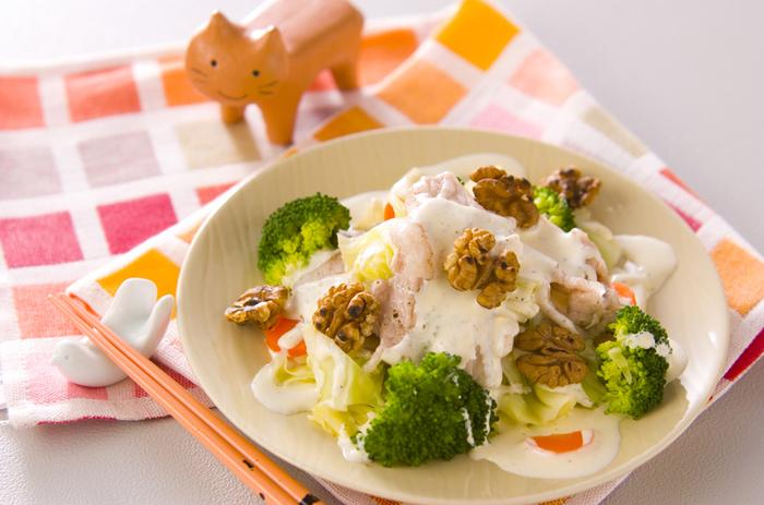 茹でた野菜と豚肉で作る温サラダのレシピ。生のサラダよりもたくさんの野菜を食べられるメニューです。ヨーグルトベースのドレッシングでさっぱりとしていて食欲がない時にもおすすめ。