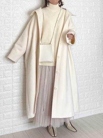 ロングスカートと相性がよいのがロングでボリューム感のあるコート。アウター&トップスは白で、下半身はグレー系でまとめれば、重心が下に置かれてバランスよく。