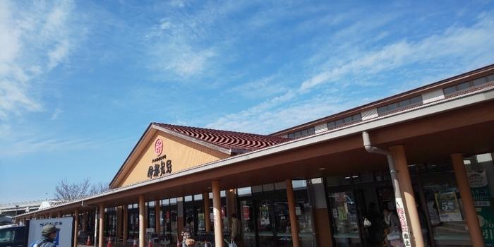 「伊都菜彩」は、糸島を訪れたら外せないスポット。公式には道の駅ではなくJAグループ直売所ですが、福岡では道の駅のひとつとして多くの人が訪れるスポットとして有名です。全国のJAグループ直売所のなかでレジ通過人数が日本一になるほどの人気ぶり。