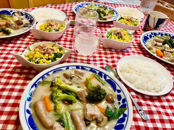 ゴロゴロとたくさんの野菜が入ったシチューのレシピ。市販のシチューの素を使うので、簡単に作れますよ。レンコンやニンジンはしっかり洗って皮付きのまま入れるため栄養もしっかり摂れます。小松菜とブロッコリーは仕上げに入れるのがポイント!