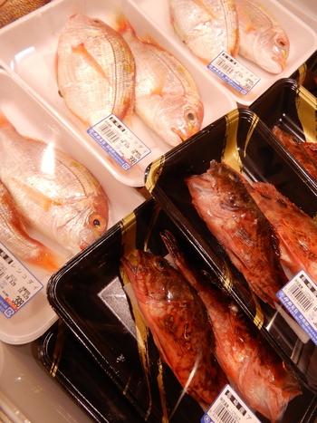 玄界灘で獲れた鮮魚がずらり。実は糸島は天然真鯛の漁獲量がなんと7年連続で日本一なんです。そのため、鯛の種類も豊富。魚の下処理サービスも行っているので、魚をさばくのが苦手な方でも安心して購入できますよ。