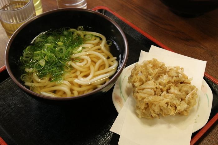 伊都菜彩内にある「まるいとうどん」。こちらのうどんは、糸島産の小麦を使用し、さぬきの製麺所で作られたもの。肉や野菜など具材も糸島産のものを使用。伊都菜彩で購入したお惣菜と一緒にうどんを食べることもできますよ。