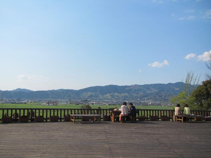 道の駅の裏側には、展望デッキがあります。田園風景が広がるデッキにはベンチもあるので、のんびりとひと休みできます。自然いっぱいの景色を眺めながら、思い思いの時間を過ごしましょう。