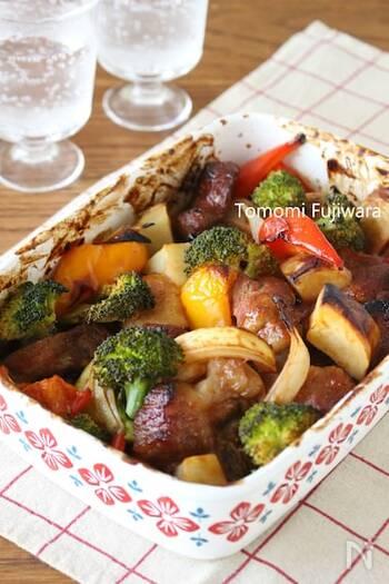 下味をつけた豚肉とゴロゴロ野菜をあわせてオーブンで焼くグリル料理。ケチャップや中濃ソース、醤油などのお家にある調味料を使ってみんな大好きなバーベキュー味に仕上げます。豚肉に穴をあけておくことで味を染み込ませるのがコツ!
