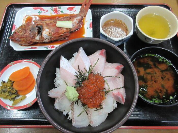 道の駅には、レストラン「おふくろ食堂はまゆう」があります。新鮮な魚介を使った料理が評判。「鯛ブリいくら丼」は、鯛とブリ、いくらがのった贅沢な丼です。鮮度抜群で歯ごたえがよく、ペロッと食べられる美味しさ。