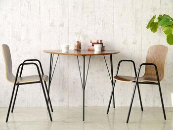 ころんとした三角形がかわいい、FLYMEe Roomの「DINING TABLE(ダイニングテーブル)f11153」。コンパクトなサイズ感はダイニングの幅を取りすぎず、1~2人使いにおすすめ。壁に付けることで、より空間を広く使えます。