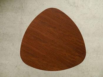 丸みを帯びたテーブルからは優しさが感じられ、ほっと和みますね。天板にはウォールナットの突板を使っているので、深みが漂うのも魅力的です。
