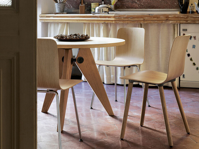 Vitraのダイニングテーブル「Gueridon(ゲリドン)」は、フランス出身のデザイナー・建築家・エンジニアであるジャン・プルーヴェがデザインした作品です。幅の広い3つの脚が円形の天板を支え、安定感と美しさをもたらしています。  プルーヴェの名作とも言われるこのテーブルは、1~2人用に丁度良い直径90cmと3~4人で使える直径105cmのサイズがありますよ。