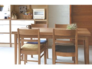 CRASH GATEの「PAUSE TABLE(パウス 伸長式テーブル)」は、幅の調節が可能なテーブルです。木材は硬さが特徴のナラが使用され、仕上げのウレタン塗装によって上品なブラウンを楽しめるでしょう。  また、節がある素材が使われているので、1台ごとに表情が違う点にも注目です。