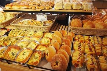 米粉パン工房「姫の穂」では、宗像市と福津市の米から生まれた米粉で作ったパンがたくさん並んでいます。特に人気なのが玄米食パン。米粉のパンに玄米をプラスした、見つけたらぜひ買っておきたい食パンです。