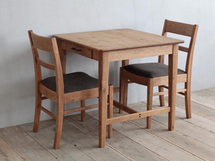 こちらは、CRASH GATEが取り扱うブランドEasy Life(イージーライフ)の「BURNEY DINING TABLE(バーニー ダイニングテーブル 幅75cm)」です。コンパクトさがかわいい正方形のテーブルは、小物の収納に便利な引き出し付き。  オイル塗装で仕上げられているので、「木の質感を味わいながら、定期的なメンテナンスを楽しみたい」という人におすすめです。