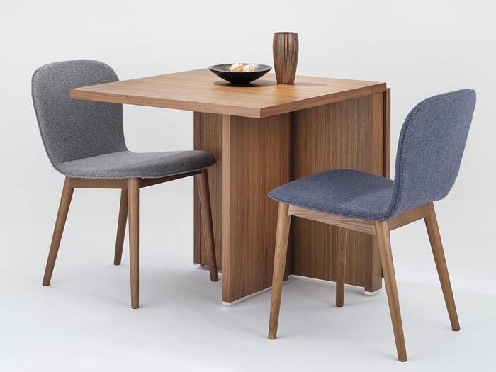 折りたたみ式で2人~4人仕様まで対応できる、moda en casaのダイニングテーブル「2+2 140 table」。素材はウォールナット・オークの突板から選べます。シーンに合わせて、コンパクトにも広くも使えるのは便利ですね。