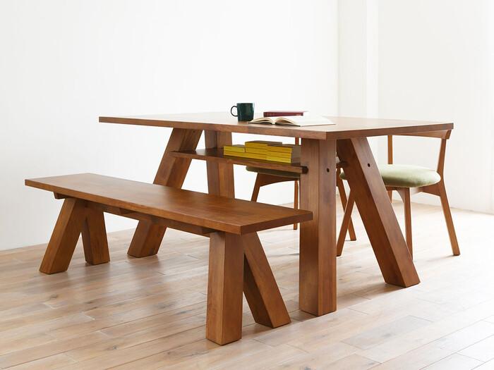 PUROの「DINING TABLE(ダイニングテーブル)」は、すっきりしているけれどインパクトな脚が印象に残るデザイン。天板の下には棚が付いているので、テレビのリモコンや雑誌の収納に便利です。3種類あるサイズはどれも4人でゆったりと使えるサイズ感なので、食事のみならず作業場所としても有効に使えるでしょう。