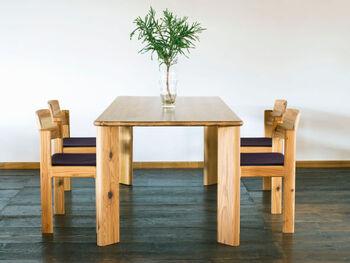 こちらは圧縮したスギの無垢板を使用した、飛騨産業の「クリプト テーブル」。密度が高まる分、通常の無垢板と比べると硬度が約4倍にもなるそうです。長く使えるダイニングテーブルを探している人にぴったりですね。  サイズは3種類あり、幅135cm・150cm・185cmから選べます。