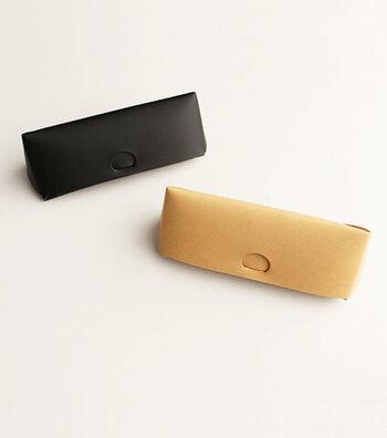 「irose(イロセ)」の、折り紙を連想させるデザインの、ステッチを使わないつくりが特徴のメガネケース。カラーは「ヌード」と「ブラック」の2色。